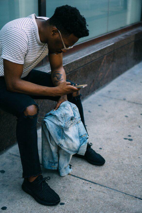 Bild: Mann mit Smartphone
