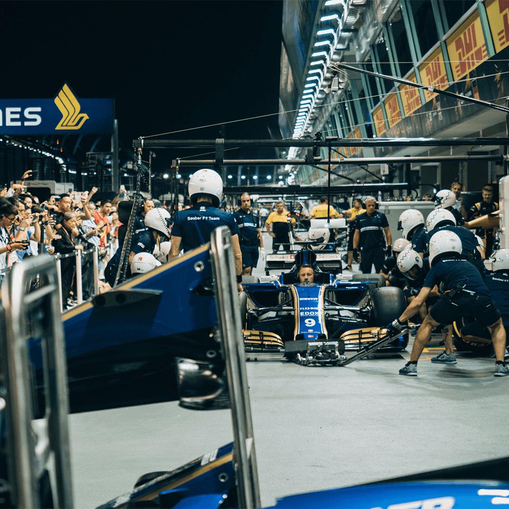 Bild: Boxengasse beim Autorennen