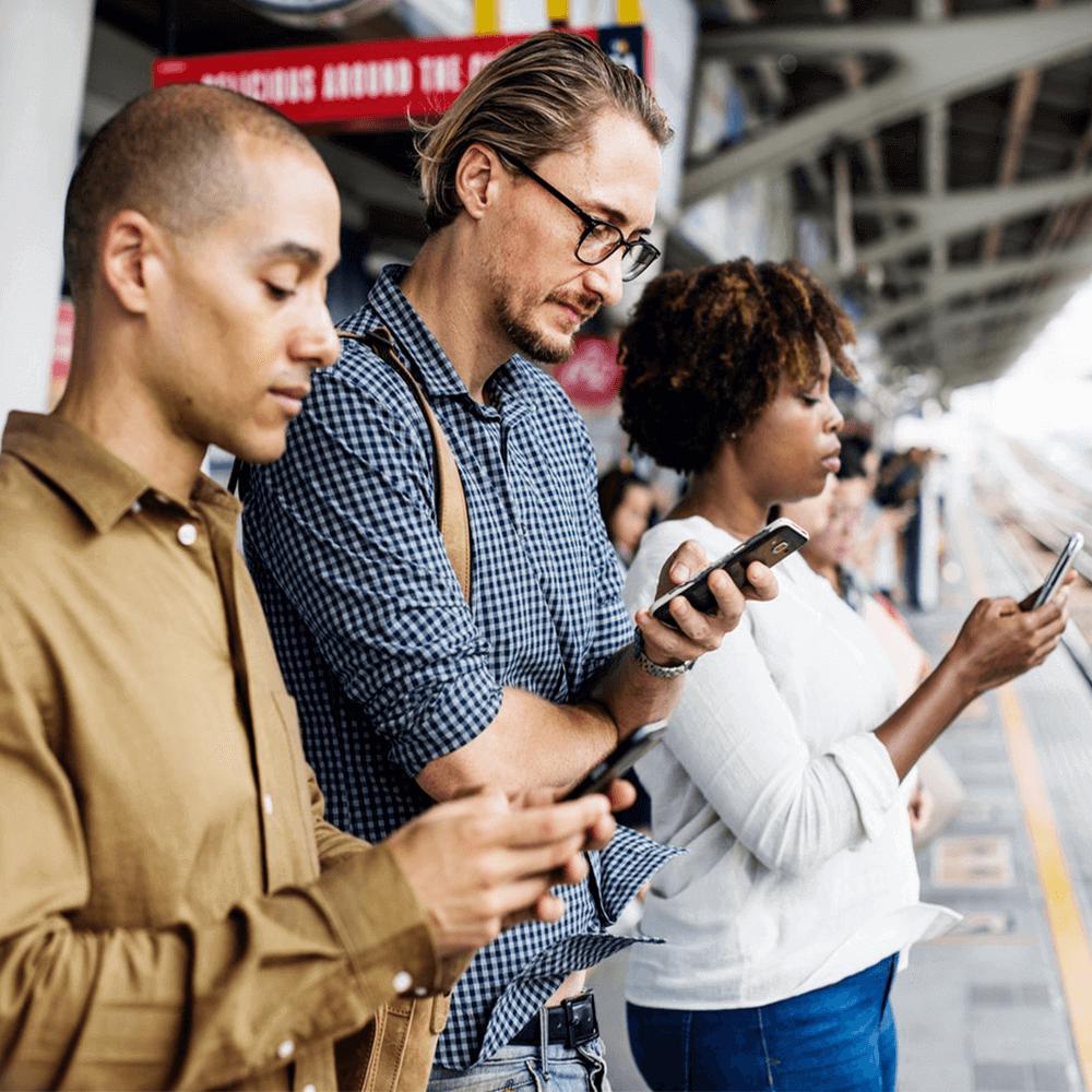 Foto: Menschen mit Smartphones